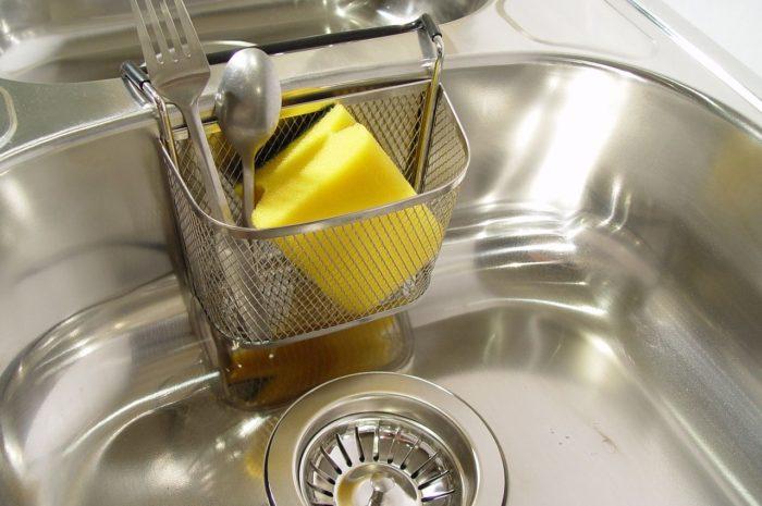 Zacieki w kuchennym zlewie – jak się ich pozbyć?